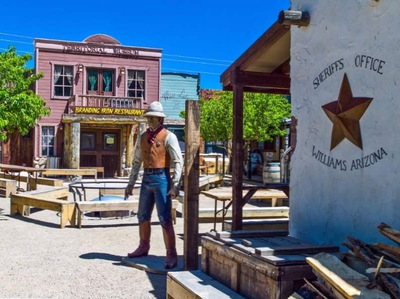 8 iconic arizona roadside attractions 4